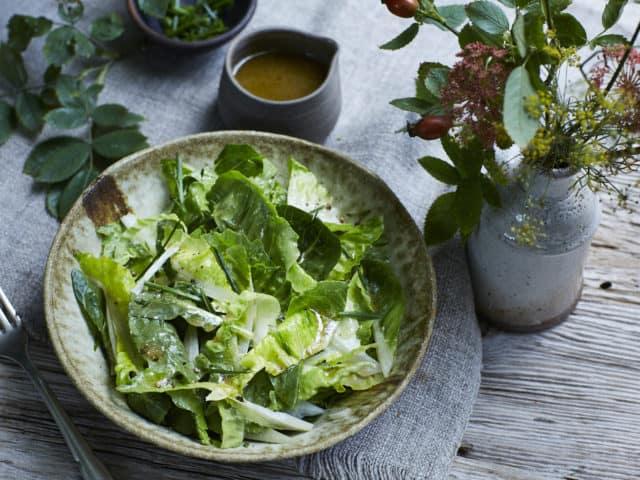Römersalat mit Senf-Honig-Dressing aus Bio-Hanföl von FRANZ & CO. auf einem Teller angerichtet