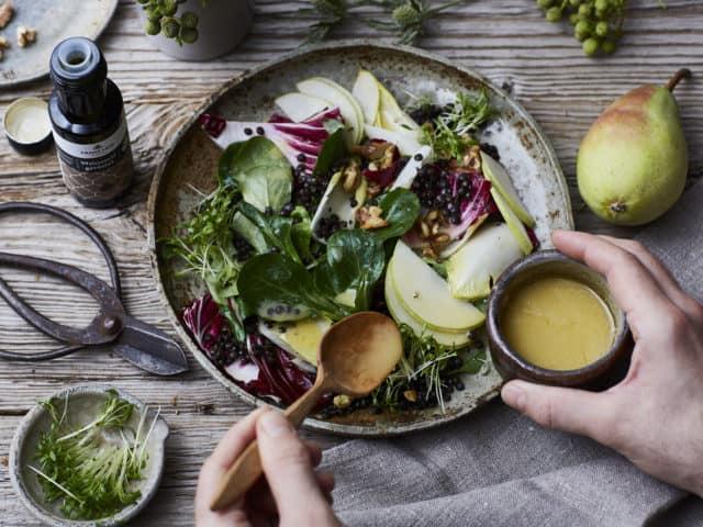 Chicoree-Birnen-Salat mit geröstetem Bio-Walnussöl von FRANZ & CO.
