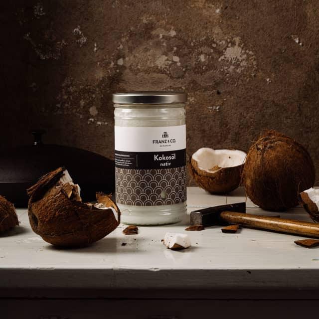 Kokosnüsse und Kokosöl nativ von FRANZ & CO. auf Tisch