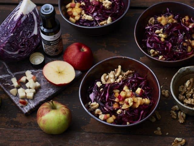 Rotkohlsalat mit Walnüssen und Honig-Senfdressing