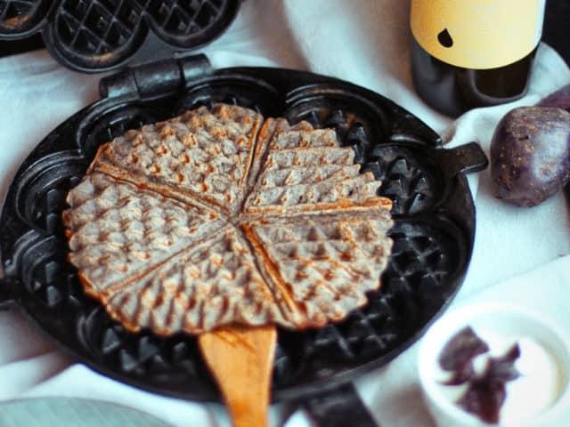 Lila-Kartoffel-Waffel mit Kräuterdip